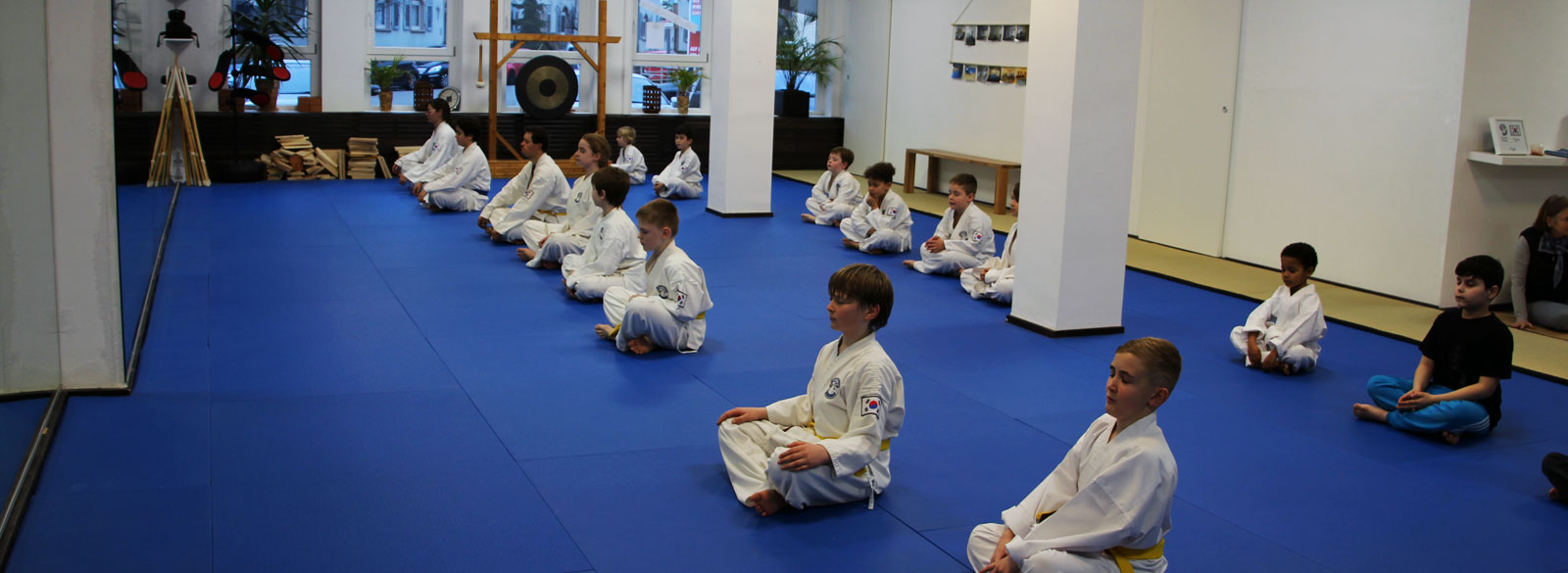 Kinder bei der Meditation